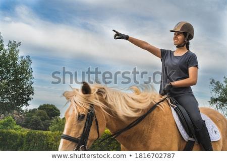 十代の少女 · 立って · 馬 · 安定した · 子 · 訓練 - ストックフォト © kzenon