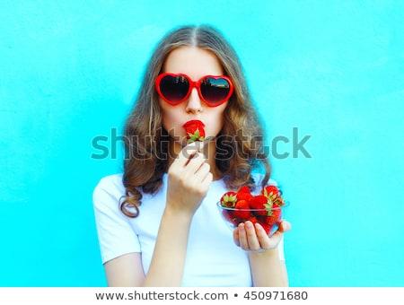 Kobiet czerwone usta jedzenie truskawek strony owoców Zdjęcia stock © Geribody