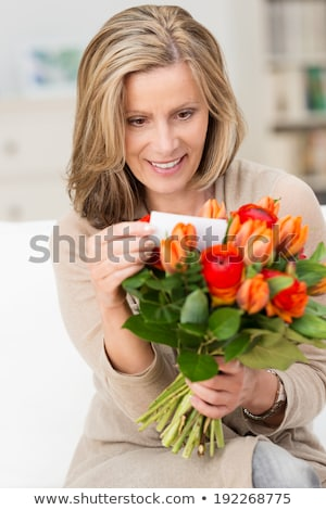 mujer · flores · nota · mujer · sonriente · sonriendo - foto stock © monkey_business