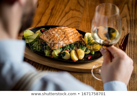 Jonge man eten zalm filet prei Stockfoto © boggy