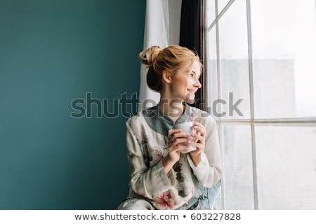Stok fotoğraf: Genç · kadın · kahve · soğuk · gün · ayakta