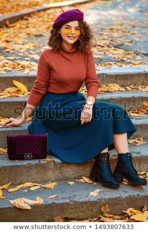Retrato alegre mulher jovem boina em pé Foto stock © deandrobot