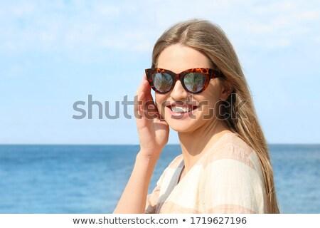 portret · tevreden · jonge · vrouw · zonnebril · geïsoleerd - stockfoto © hsfelix