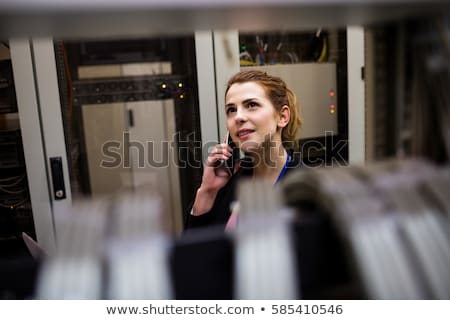 Techniker sprechen Handy Server Zimmer mit Laptop Stock foto © wavebreak_media