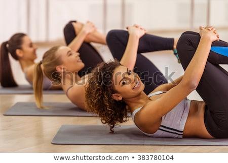Geconcentreerde sport vrouw oefening bank gymnasium Stockfoto © deandrobot