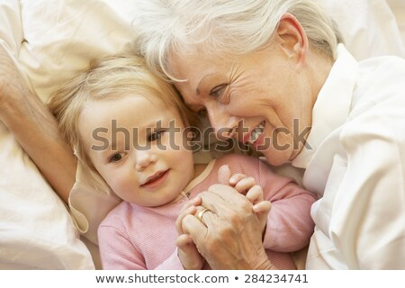 Nonna pronipote riposo cuscino famiglia generazione Foto d'archivio © dolgachov