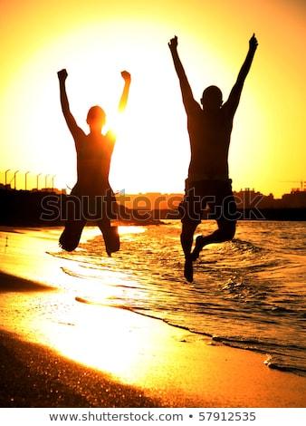 hombre · mujer · saltar · playa · silueta · agua - foto stock © anna_om