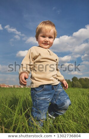 Stockfoto: Jonge · kaukasisch · jongen · spelen · tuin · blauwe · hemel