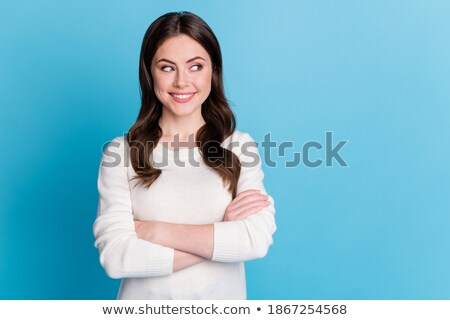 Curioso casual mujer doblado armas primer plano Foto stock © feedough