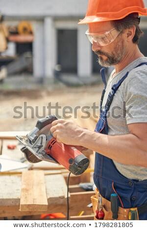 Férfi bámul körkörös fűrész fa építkezés Stock fotó © photography33