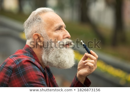 homme · longtemps · barbe · détente · cigarette · assis - photo stock © feedough