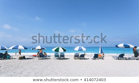 Strand scène kleurrijk parasols mensen zonnige Stockfoto © avdveen