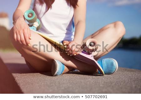Tienermeisjes kort buitenshuis vriendschap recreatie mensen Stockfoto © dolgachov