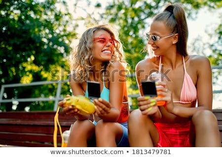 Dois mulheres jovens potável suco limonada parque Foto stock © boggy