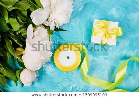 Witte geschenk Geel lint witte bloem Stockfoto © Illia