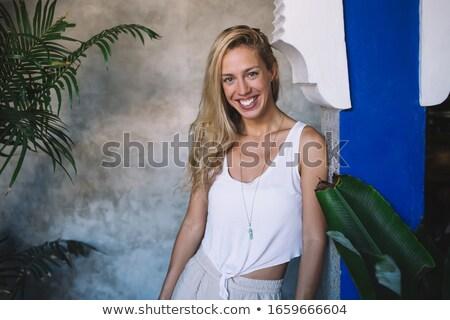 Szőke nő oszlop néz kamera visel Stock fotó © chesterf