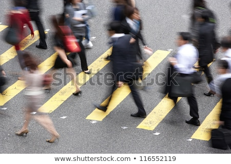 Foto stock: Commuters Crossing Busy Hong Kong Street