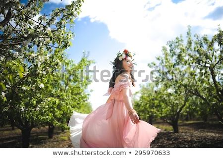 Kız pembe elbise yeşil alan rüzgâr Stok fotoğraf © pekour