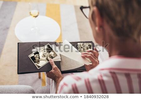 シニア 女性 アルバム 家族 眼鏡 ラウンジ ストックフォト © photography33