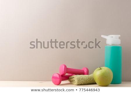 Fitness haltères une bouteille d'eau pomme bois haut Photo stock © karandaev