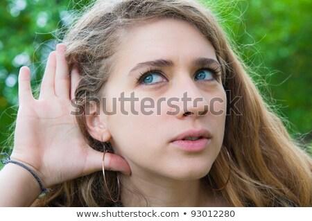 Escuchar una buena noticia hierba verde mujer ciudad jóvenes Foto stock © ilolab