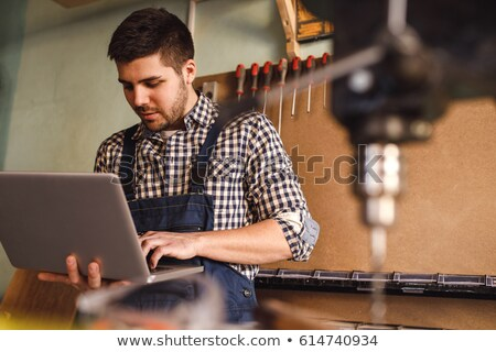 Charpentier ordinateur portable ordinateur homme construction fond Photo stock © photography33
