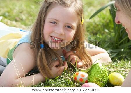 Anne kız easter egg hunt nergis alan kız Stok fotoğraf © monkey_business