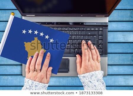 Mãos trabalhando laptop Kosovo tela Foto stock © michaklootwijk