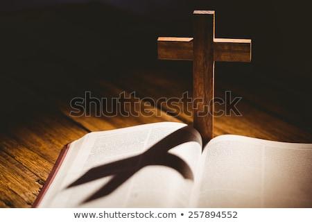 Stok fotoğraf: Açmak · İncil · haç · ikon · arkasında · ahşap · masa