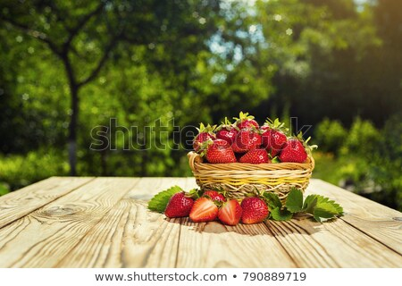 新鮮な イチゴ バスケット 木製 素朴な 表 ストックフォト © yelenayemchuk