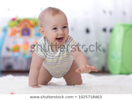 Weinig baby kruipen vloer home jeugd Stockfoto © dolgachov