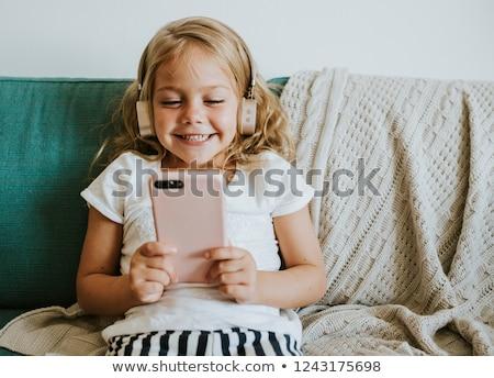 Jonge kind bank hoofdtelefoon groot koptelefoon Stockfoto © gewoldi