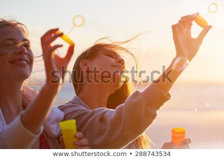 Csoport tinédzserek buborékfújás haj lányok jókedv Stock fotó © godfer