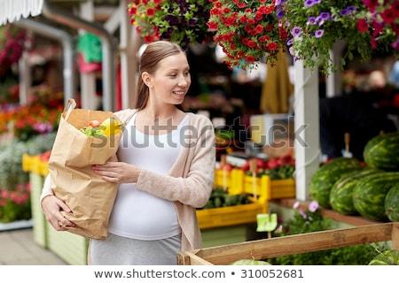 Kobieta w ciąży torby papierowe pełny żywności Zdjęcia stock © RAStudio