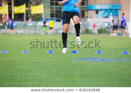 Fútbol jugadores obstáculo suelo hierba Foto stock © wavebreak_media