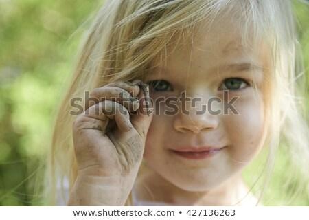 Mädchen halten Regenwurm Garten Mann Kind Stock foto © IS2