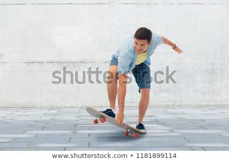 Joven equitación skateboard urbanas deporte ocio Foto stock © dolgachov