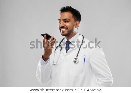 Indian médecin de sexe masculin voix smartphone médecine technologie Photo stock © dolgachov