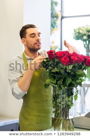 Blumengeschäft Verkäufer rote Rosen Blumenladen Kleinunternehmen Verkauf Stock foto © dolgachov