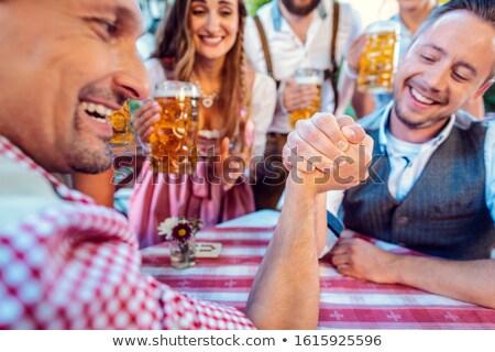 Vrienden oefenen hoog kunst arm worstelen bier Stockfoto © Kzenon