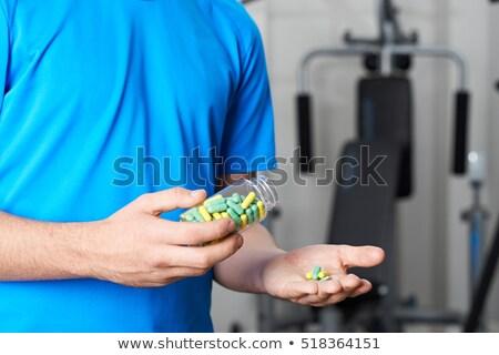 Fiatalember kiegészítő tabletták orvosi fitnessz gyógyszer Stock fotó © IS2