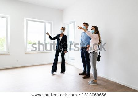 Pośrednik w sprzedaży nieruchomości uśmiech domu kluczowych przyszłości Zdjęcia stock © photography33