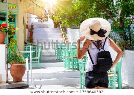 Mulher jovem caminhada beco cidade moderno Foto stock © dash