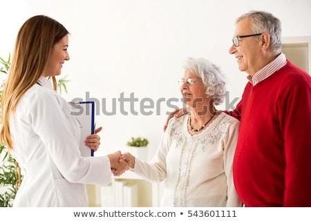 Foto d'archivio: Medico · parlando · donne · Coppia · senior