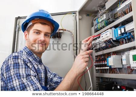 eletricista · olhando · caixa · clipboard · parede - foto stock © andreypopov