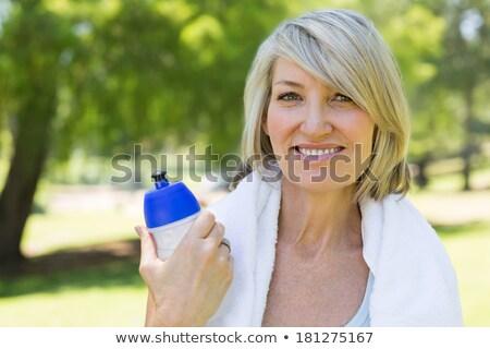 Dopasować uśmiechnięta kobieta kamery ręcznik około plecy Zdjęcia stock © wavebreak_media