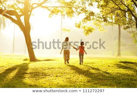 Matka I Córka Chodzą Na Trawie Zdjęcia stock © szefei