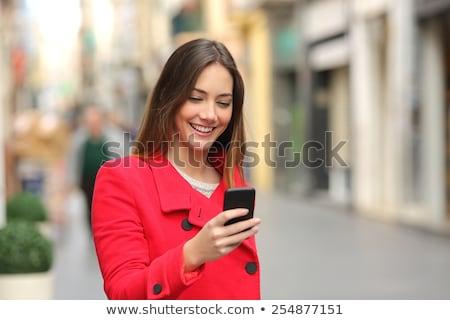 Moça bonita escrita sms jovem mulher bonita leitura Foto stock © Aikon