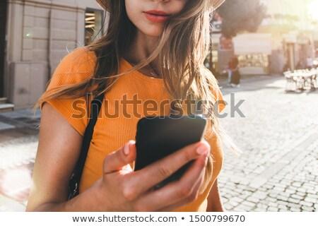 Stockfoto: Jonge · vrouw · lopen · stad · mobiele · mobiele · telefoon · luisteren