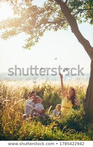 семьи ребенка мамы папу сидят дерево Сток-фото © ElenaBatkova